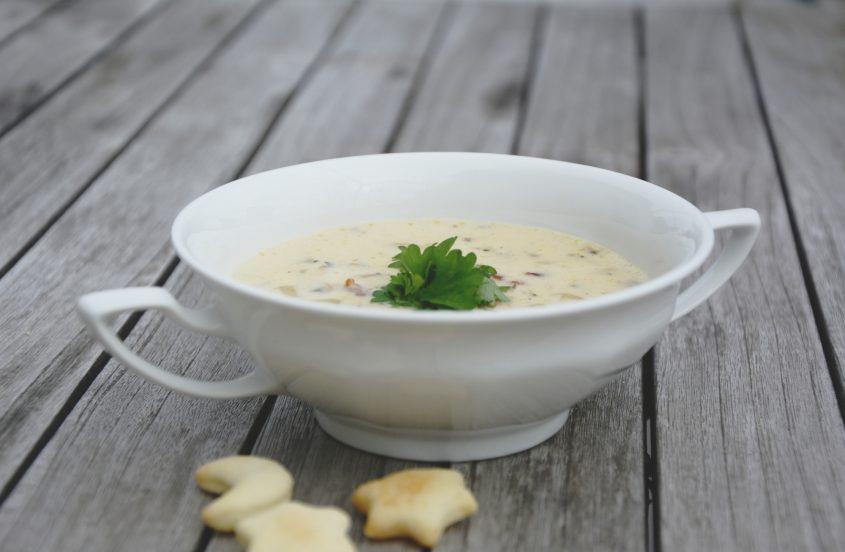 Eine Schale Clam Chowder mit Oyster Cracker