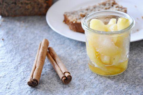 Bananenbrot mit warmen Äpfeln