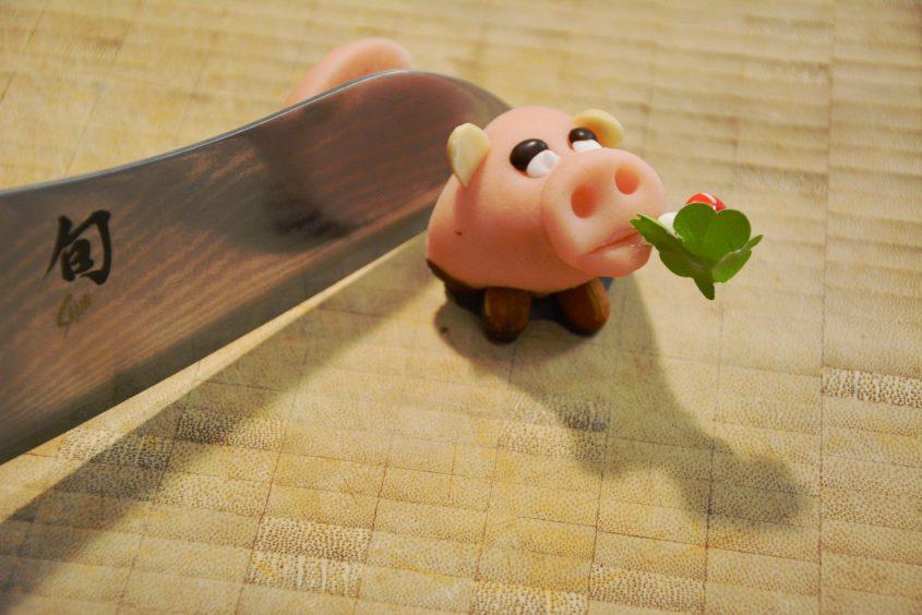 glücksschwein mit kai messer